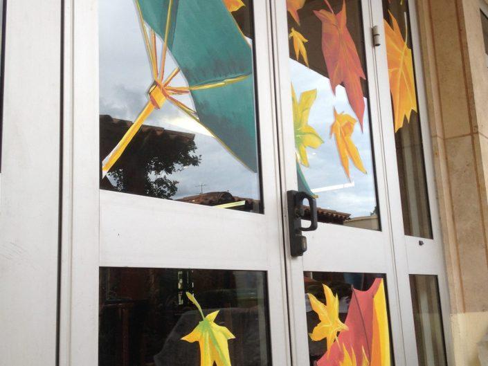 deco. vitrine automne parapluie
