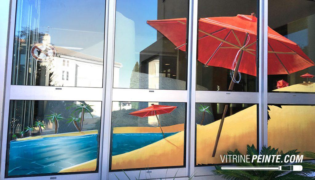 Déco sable & parasols pour vitrine d'été pour restaurant de plage